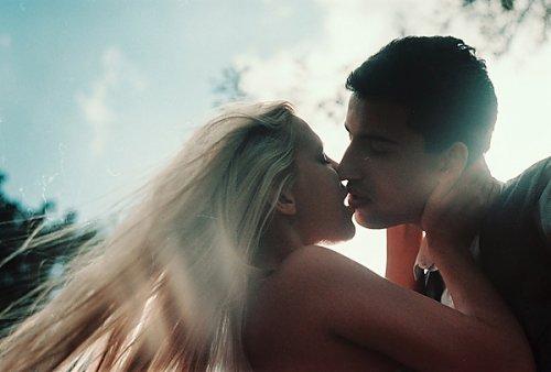 """""""L'amour c'est un gros lâche. Quand on le cherche, on le trouve pas."""" - Hugo Dessioux"""
