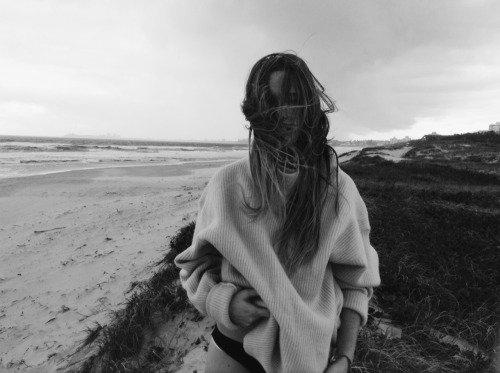 """"""" C'est tout à fait l'impression que j'éprouve : celle de ramasser des morceaux épars de moi et de les rassembler. Je manque d'air, mais au moins, je me sens plus forte. """"  -Veronica Roth, Divergente tome 2. -"""