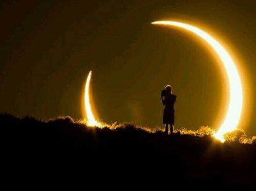 Une légende raconte que le Soleil et la Lune étaient amoureux, mais cet amour était impossible, parce que la Lune naissait seulement quand le Soleil se couchait. Alors Dieu dans son infinie bonté à crée l'Eclipse comme preuve qu'il n'existe dans le monde aucun amour impossible.