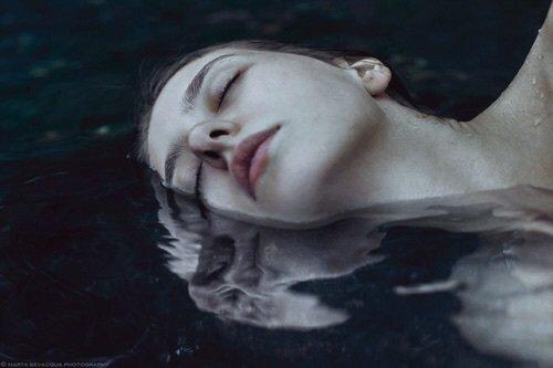 """""""La peur est un sentiment étrange. Il nous submerge sans nous laisser le moindre répit. Vient alors la paralysie et là, c'est la noyade assurée."""" - Sandra Moyon dans Nouvelles d'un myrien"""