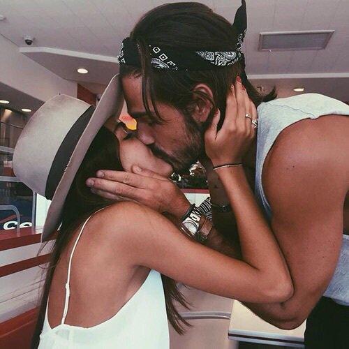 """""""Tu sais l'effet qu'un d'tes sourires me fait, t'effaces mes complexes, panses mes faiblesses, à chacune de tes caresses."""" - Anis, Reggablues"""