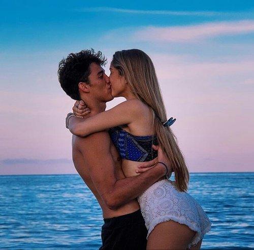 """""""Des yeux qui ne versent pas de larmes,des lèvres qui ne savent pas mentir et un amour qui reste, c'est ça une relation durable."""" -  Wiz Khalifa"""