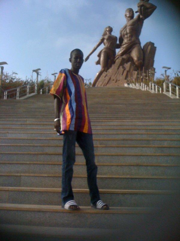moi a la   monument de renaissance au sénégal