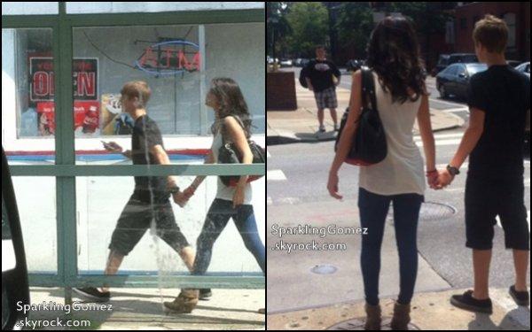 19.08.11 : Jelena étaient de sorties. Selena a signés des autographes pour ses fans dans le magazin << Kmart >> , En Philadélphie.