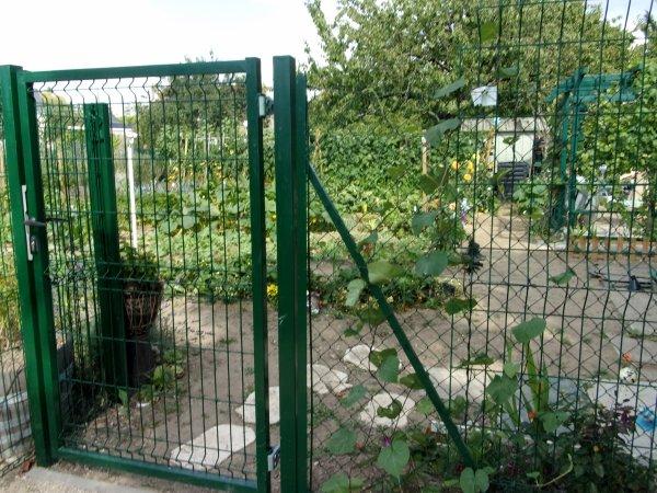 Vue sur le jardin coté entrée  -  passage Jean Rrobert ( dit Petit Jean ) maraicher   - qui donne  sur le parking square  nouvel air