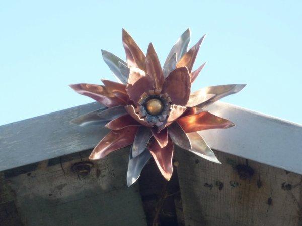 fleurs en cuivre et zinc fait main poser sur pignon de cabane de jardin!!!