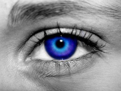 Quand je plonge dans le bleu de tes yeux eclatant. J'ai peur de me perdre et de ne pas savoir en sortir.