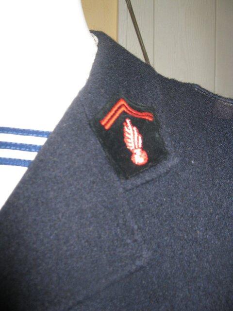 pas uniquement du militaria mais aussi du familial. voici donc la tenue de sortie de sapeur pompier de MOn grand père, au grade de sergent .bien sur la chemise et une chemise de marine