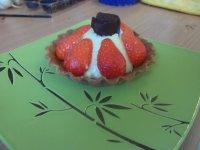 Tartelette a la fraise et son bonbon au chocolat fait maison :)