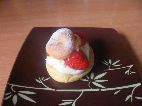 Choux farcis de chantilly et fraises