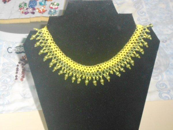 collier vert et jaune
