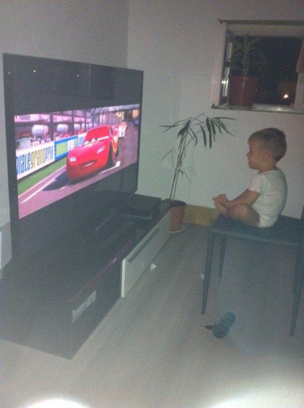 mon fils ki regarde la télé ze t'aimeuh mon amour