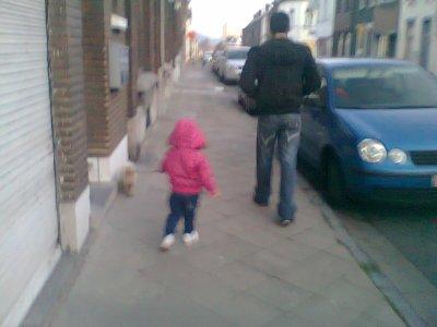 ma ptite ki tien son chien  et mon homme dans la rue pour rentre cher nous mdr