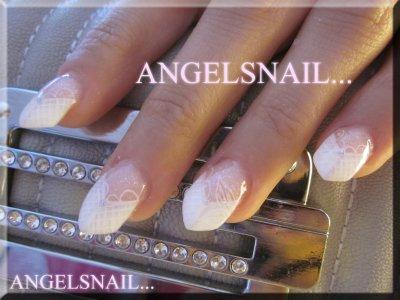 pose faite pour une mariée sur ongles rongé allonger au chablons et forme en edge