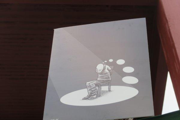 """A2084 : Sous la """"Broken Chair"""" à Genève..."""