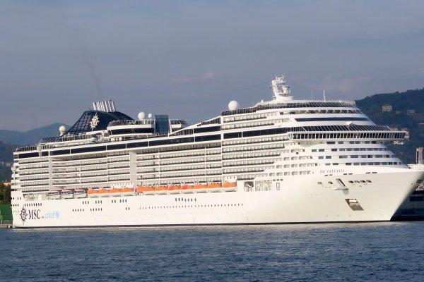A2134 : Des bateaux de toutes les tailles autour de Cinque Terre !