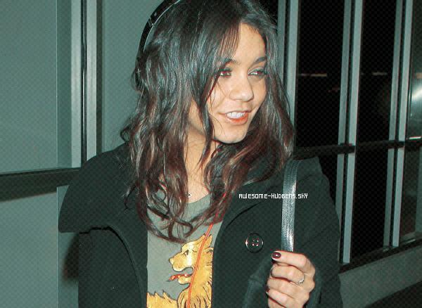 . Vanessa, 03/ 03 : .  Nessa a été vu à l'aéroport de LAX, fini NEW- YORK ! ..Newsletter  Autres Blogs ♥ . ♥ . ♥ . ♥   LAX