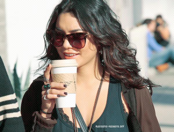 . Vanessa, 08/ 03 : .  Nessa a été vu, sous un beau soleil, en compagnie d'un ami se baladant dans Venice en sirotant un petit café. Elle est sueprbe et souriante, un top quoi !.Newsletter  Autres Blogs ♥ . ♥ . ♥ . ♥   Candids
