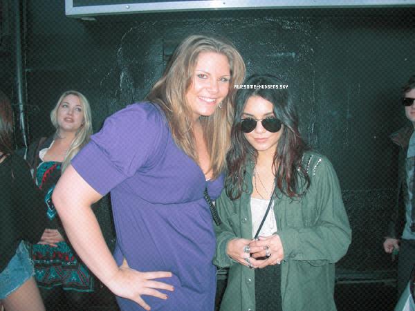 . Vanessa, 16/ 03 : .  Nessa a été vu a un concert. Afin d'etre au côté de son amie Laura New. Superbe avec les Ray ban !.Newsletter  Autres Blogs ♥ . ♥ . ♥ . ♥   [a=] Candids