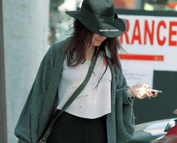 . Vanessa, 22/ 03 : .  Nessa a été vu dans les rues de L.A. Elle se cache mais on a l'habitude ! J'aime son chapezu en tout cas..Newsletter  Autres Blogs ♥ . ♥ . ♥ . ♥    Candids