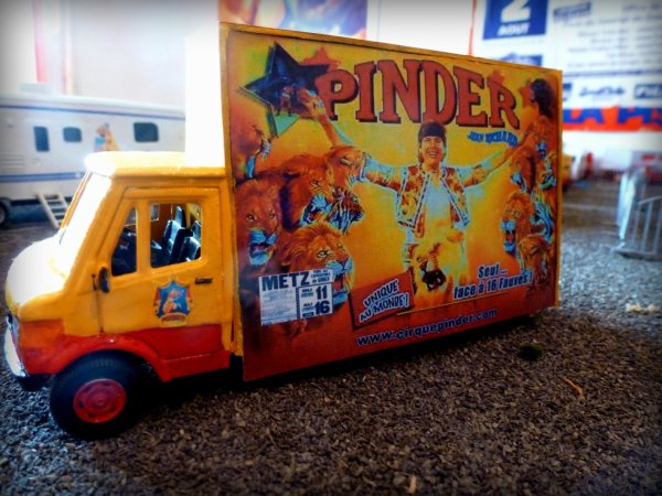Porte affiche cirque Pinder