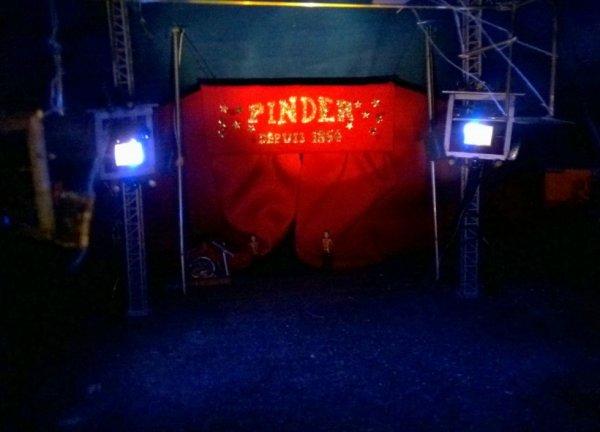 Mise en place des projecteurs du cirque Pinder! Vous aimez?