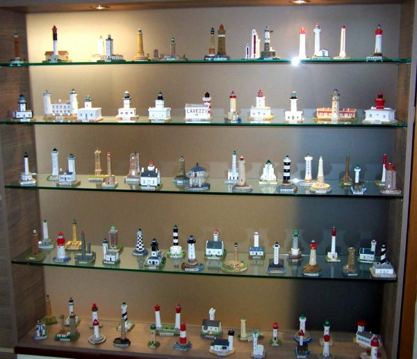 UNE BELLE COLLECTION DE  DE PHARES (Miniatures)
