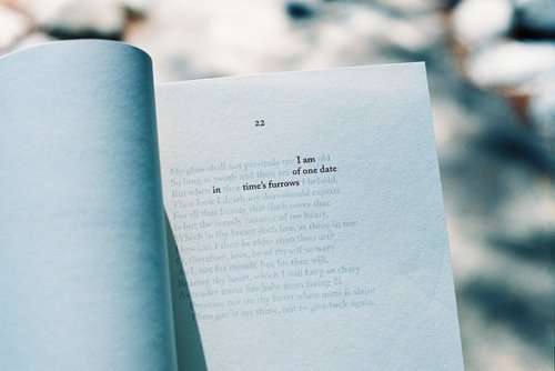 Ce n'est pas pour devenir écrivain que l'on écrit. C'est pour rejoindre en silence cet amour qui manque à tout amour. Christian Bobin