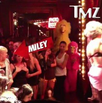 Miley Cyrus, aux premières loges pour le strip-tease d'une octogénaire déchaînée