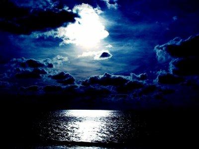 La nuit n'est pas si effrayante parce qu'on se rends compte qu'on est pas tout seul dans le noir.