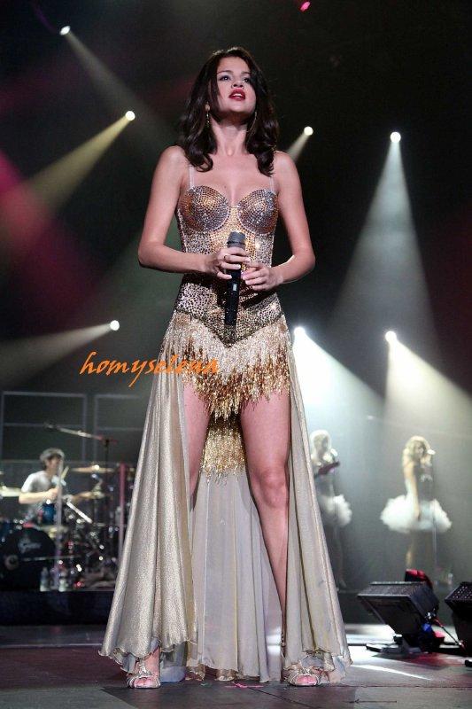 05.09.2011 • Selena à donner un concert à Broomfield, Colorado. Elle porte la même tenus mais elle est belle. Ton avis ?