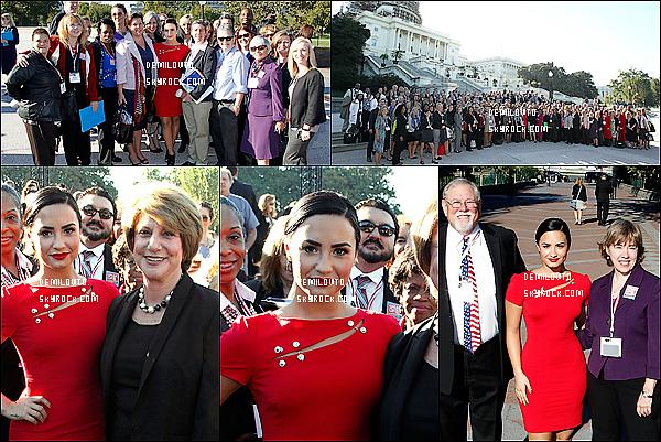 .  06/10/15 : D. était présente à l'événement «Be Vocal : Speak Up for Mental Health» dans la ville de Washington.   Demi Lovato devient de plus en plus femme ! Sa robe rouge très féminine et sa coiffure lui va à ravir. Elle reste simple tout en étant jolie.   .