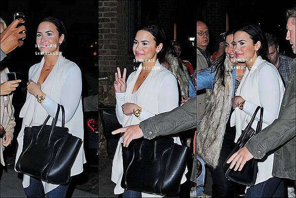.  15/10/15 : D. Lovato - toute souriante - a été vue se baladant dans les rues de la magnifique ville de New-York.   Demi L. était particulièrement jolie dans cette tenue. Un mélange de belles couleurs d'automne qui lui vont à ravir. Qu'en pensez-vous ?   .