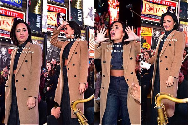 .  16/10/15 : Demi Lovato -toute jolie - arrivait sur Times Square à New-York City pour une performance surprise.  Demi avait vraiment l'air très heureuse d'être là. Pour ma part, je n'aime pas vraiment sa tenue. Je lui accorde donc un BOF ! Des avis ?   .