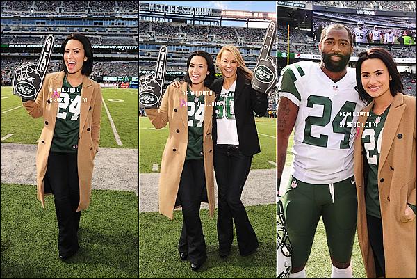 .  18/10/15 : D. était à un match des Jets contres les Washington Redskins au Metlife Stadium dans le New Jersey.  Demi Lovato portait encore le même joli long manteau beige. Elle l'aime vraiment bien celui-là ! Quoi qu'il en soit, je lui accorde un TOP.   .