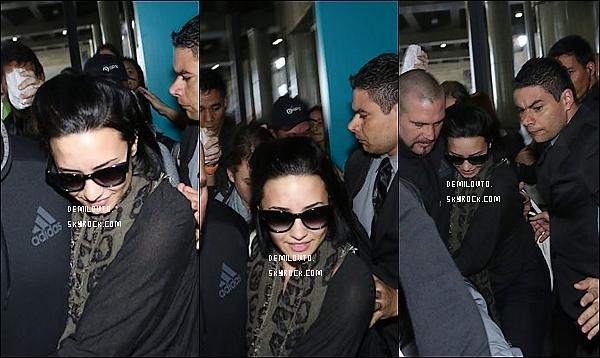 .  19/10/15 : Dem Lovato -se cachant bien- a été repérée lorsqu'elle est arrivée à l'aéroport de Sao Paulo au Brésil.  Demi Lovato se cachait assez bien le visage, on ne la voit donc pas très bien. De plus, il n'y a malheureusement pas beaucoup de clichés.   .