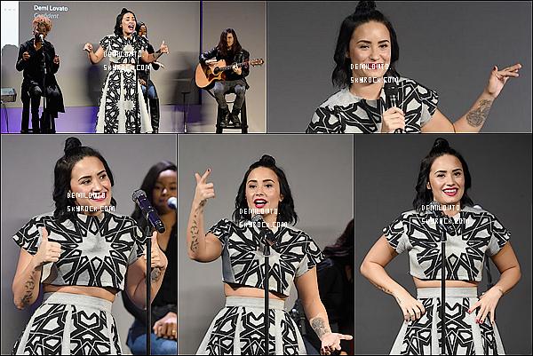 """.  29/10/15 : Demi Lovato - souriante - a été aperçue lorsqu'elle arrivait aux studios GMA dans la ville de N-Y City.  De. Lovato  portait une tenue style """"général de l'armée"""". Je trouve que ça lui allait à merveille et que ça la rendait encore plus jolie! Avis ?   ."""