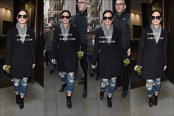 .  09/11/15 : Dem Lovato -peu souriante- a été aperçue lorsqu'elle quittait son hôtel situé à Londres en Angleterre  D. était vêtue d'un long manteau noir et d'un jeans clair assez troué. Sa tenue à l'air pas mal. Dommage que le manteau cache tout. Avis ?   .