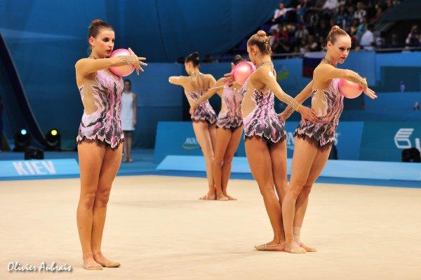 6379. Les championnats du Monde de GR à Kiev, J4 : Ukraine-Russie : 1 à 4, et  1 pour le Belarus