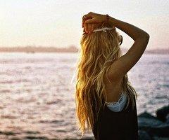 et j'essaye de m'accrocher à nos souvenirs pour ne pas laisser le temps me démolir.