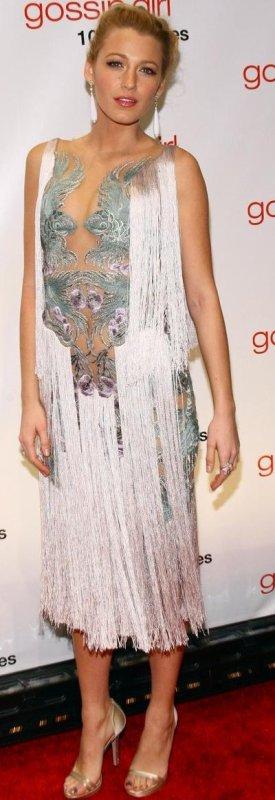 Sur le tournage de l'épisode 10 de Gossip Girl saison 5, Blake Lively alias Serena Van Der Woodsen porte  une robe bustier rose à franges . Sur sa poitrine un gros noeud strassé orne la robe. Un look frais et chic pour Blake Lively de Gossip Girl saison 5. On aime également le look Chanel de Blake Lively au Moma à New-York . Alors des pronostics pour la suite de Gossip Girl saison 5 ?  Puis en 2éme partie le look de L. Meester & B. Lively pour le 100éme épisode de GG.