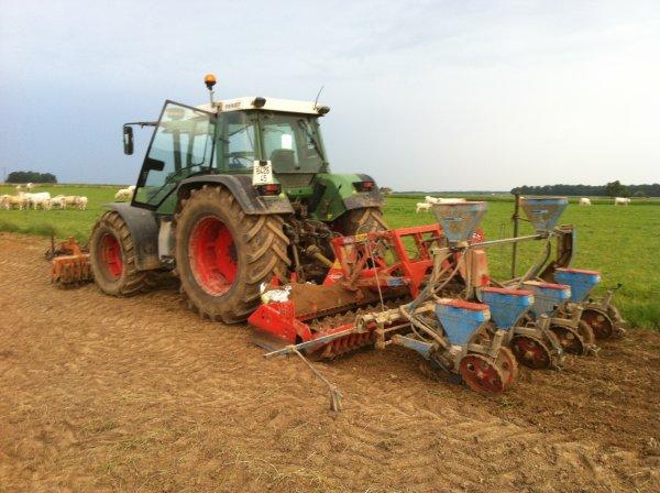 fendt 514 C avec combiné de semis au maïs
