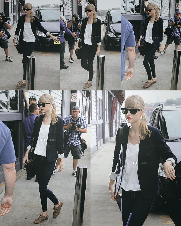 Taylor a été vue se rendant à la radio Nova portant un magnifique blazer bleu marine ! TOP !