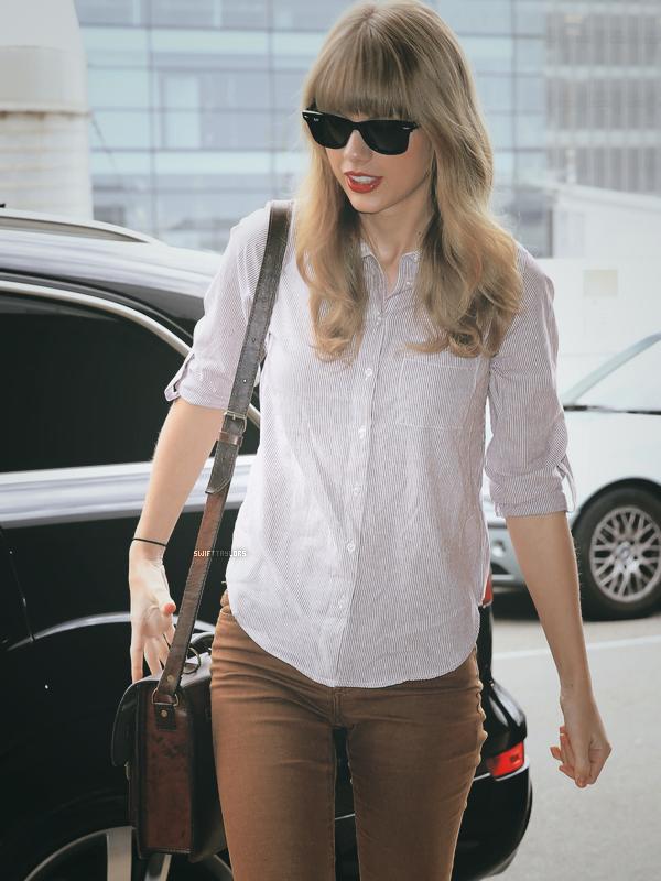 Tay a quittée l'Australie ce matin par l'aéroport de Sydney ! Je n'aime pas beaucoup sa tenue, mais ce n'est pas un BOF non... Tu en penses quoi : TOP, BOF ou FLOP ?