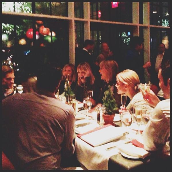 Le 07.12 Taylor s'est rendue à un dîner avec entre autre Harry, Diana Agron et Emma Stone ! Elle portait la même écharpe que lors de l'une de ses sortie en 2009.