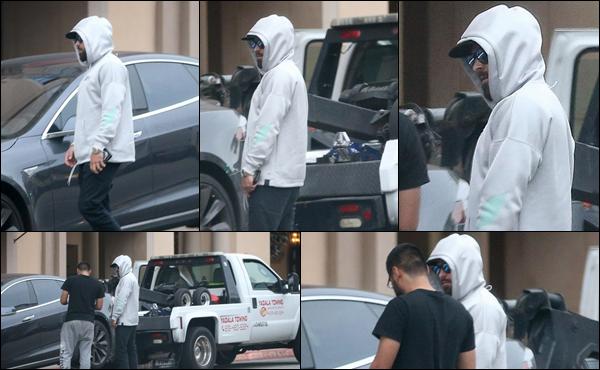 ● 24/01/2020 :  Zac vêtu d'un sweat blanc a été aperçu allant dans une voiture à Beverly Hills en Californie   Enfin des news de Zac Efron ! Il se remet doucement de la fièvre typhoïde qu'il a attrapé en Papouasie–Nouvelle-Guinée