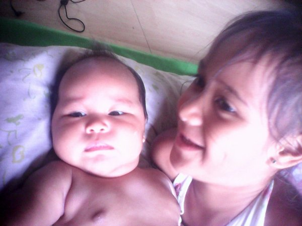 Ma nièce TEPUVAHIATA et sa petite soeur Meiihano