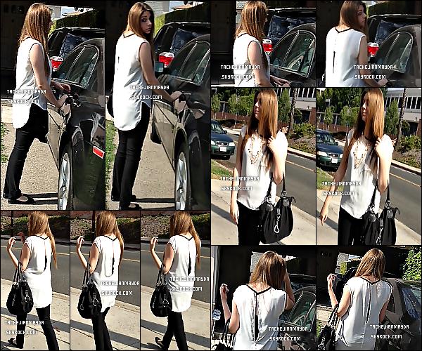 14/7/13 : Mayda a été aperçu sur les rues de Glendale, rendant visite à quelqu'un, en Californie.  J'adhère complétement le haut blanc que nous porte May, surtout avec le dos légèrement ouvert. Alors ? Top ou Flop.