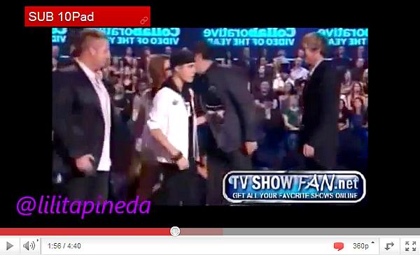 .  11.06 Justin donne un concert de charité.  .
