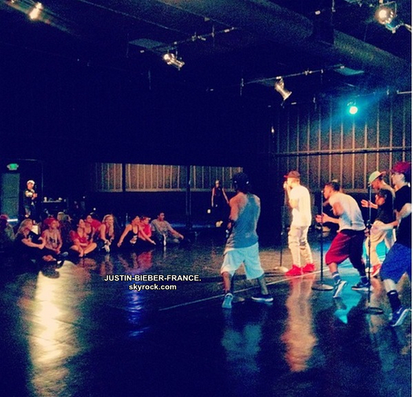.  28/08 - Candids avec les fans + Twitter + Instagram + Mashup 'Maria' + 'Billie Jean'. .